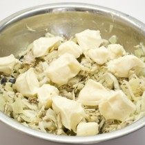 В ещё тёплый салат добавляем плавленый сыр