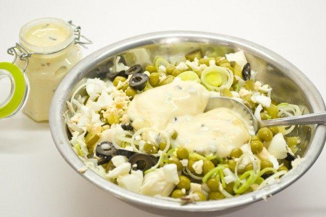 Добавляем в салат яйца, лук-порей, горошек, оливки и майонез
