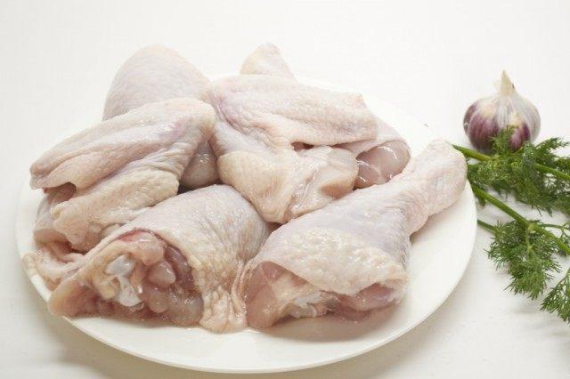 Отвариваем кусочки курицы