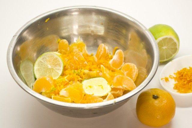 Для апельсинового курда цитрусы порежем и потушим