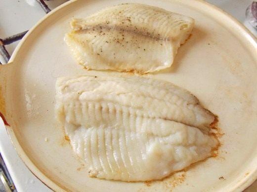 Как только филе рыбы поменяет цвет перевернём её на другую сторону