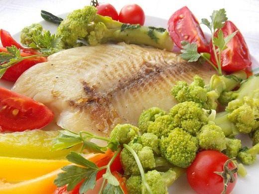 Жареное филе морского окуня отлично сочетается с овощами