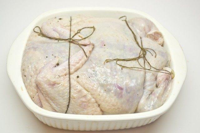 Перевязываем курицу и выкладываем в форму для запекания