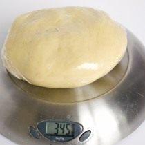 Заворачиваем тесто в пищевую плёнку