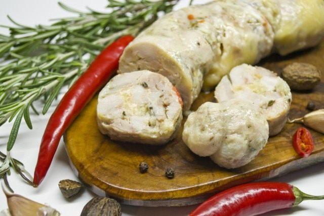 Варёная колбаса из индейки с розмарином и сыром