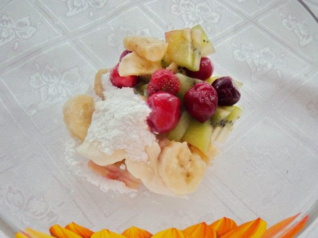 Кусочки фруктов и ягоды соединяем с половиной сливок