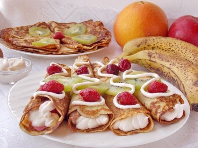 Заварные блины на кефире с фруктами и взбитыми сливками