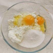 Смешиваем творог, яйцо, сахар и ванилин