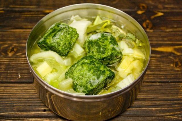 В кастрюлю где готовится зелёный суп добавляем шпинат