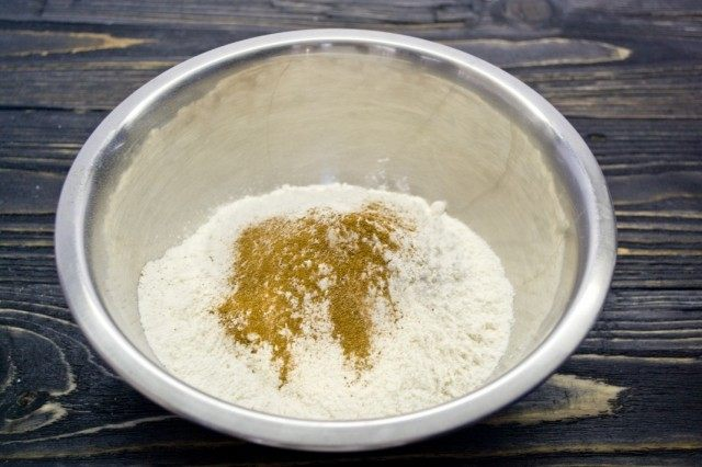 Смешиваем муку, молотую корицу и ванилин, а также половину чайной ложки мелкой соли