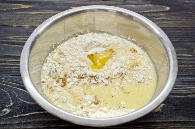 Добавляем куриное яйцо в тесто, смешиваем ингредиенты