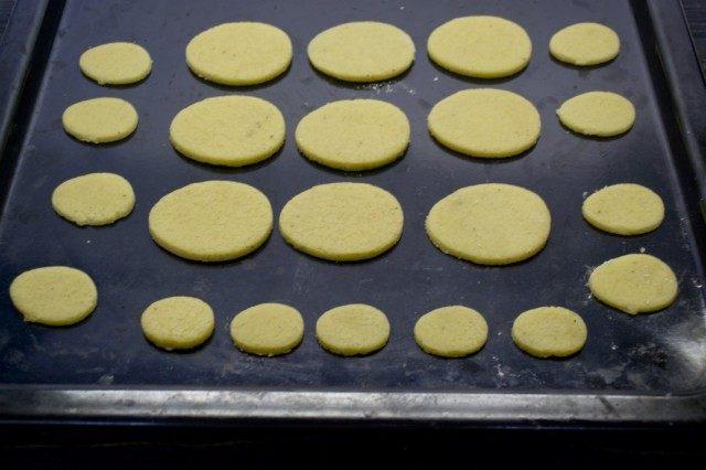 Раскладываем вырезанные из теста яйца на противне
