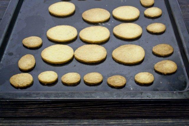 Ставим противень с печеньем в раскалённую духовку, выпекаем 11 минут