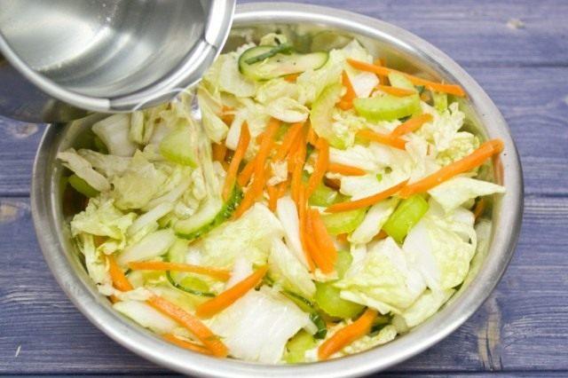 Перетираем овощи с крупной солью. Заливаем холодной водой. Миску накрываем плёнкой и убираем в холодильник.