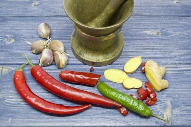 На следующий день растираем в ступе мелко нарезанный чеснок, перец чили и имбирь