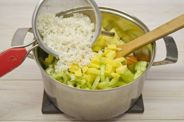 Добавляем картофель и рис