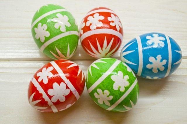 Снимаем с окрашенных яиц нанесённые для украшения наклейки