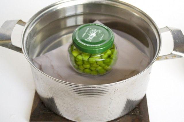 Ставим банки с зелёным горошком стерилизоваться