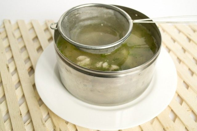 Заливаем куриное мясо, стрелки чеснока и зелень укропа бульоном с желатином
