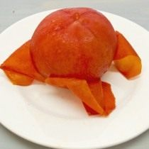 Снимаем кожицу со спелого помидора