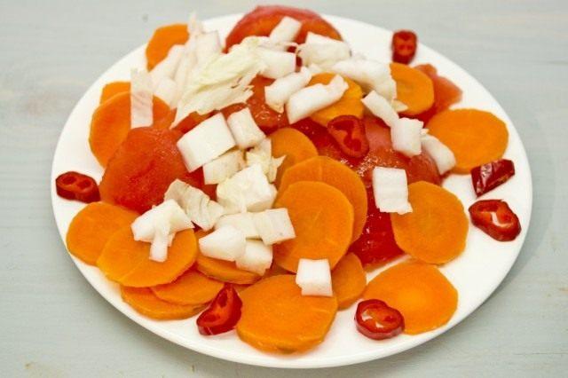 Добавляем стручок красного перца чили и листик пекинской капусты