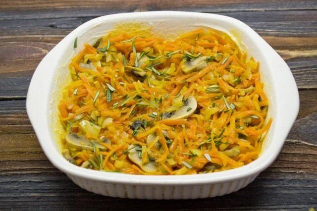 Заполняем форму обжаренными овощами и шампиньонами, добавляем розмарин