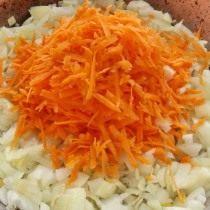 К обжаренному луку добавляем морковь и снова обжариваем