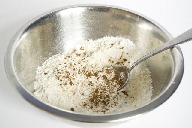 Отдельно cмешиваем разрыхлитель для теста, пшеничную муку и молотую корицу