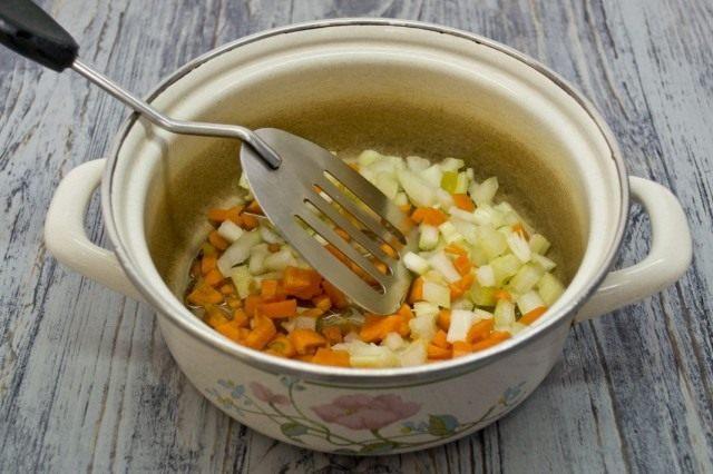 Готовим классическую обжарку из овощей для куриного супа – из моркови, лука и сельдерея