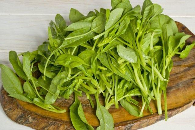 Обрезаем черешки у листьев шпината