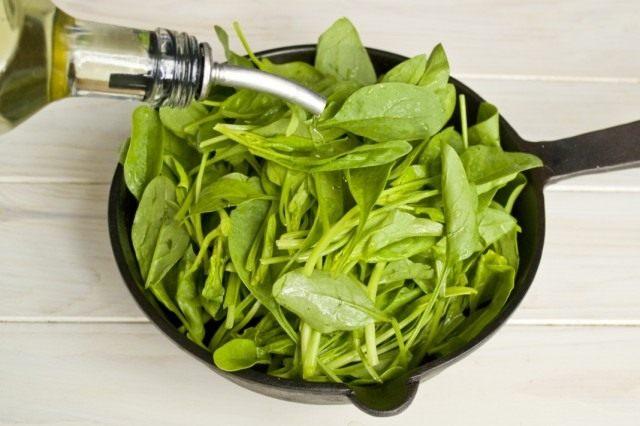Тушим шпинат с растительным маслом
