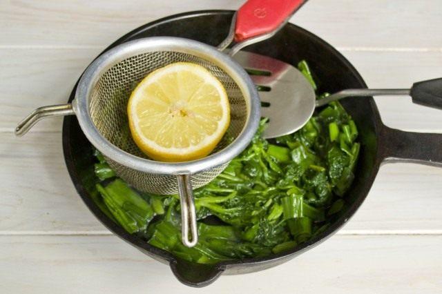 За 2 минуты до готовности добавляем сок лимона