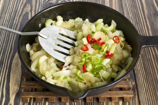 Добавляем зелёный и красный стручки перца чили