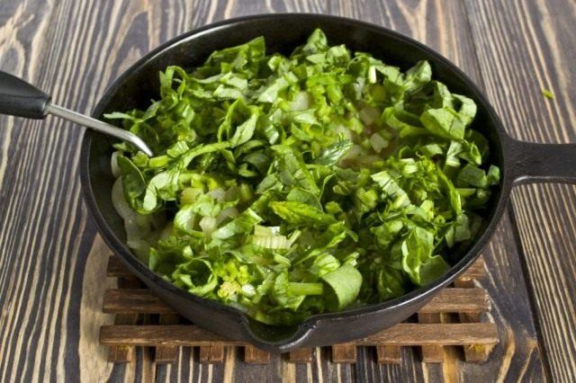 Добавляем зелень шпината. Готовим на среднем огне 5-6 минут