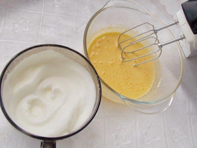 Отделяем и взбиваем желтки и белок