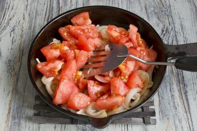 Очищенные томаты добавляем к луку