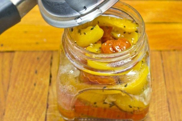 Укладываем кусочки овощей в чистые банки, заливая их ароматизированным маслом