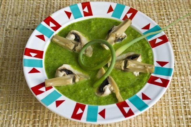 Добавляем приготовленные грибы и зелень