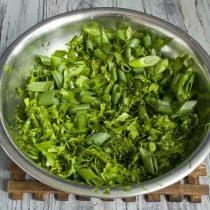 Добавляем нарезанный зелёный лук