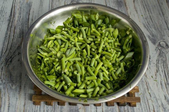 Нарезаем зелёный чеснок