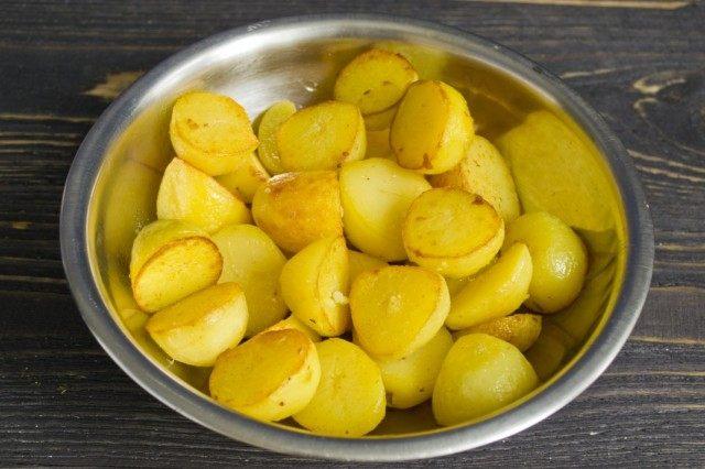 Обжариваем картофель в смеси оливкового и сливочного масла