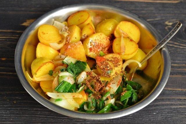 Солим и перемешиваем овощи