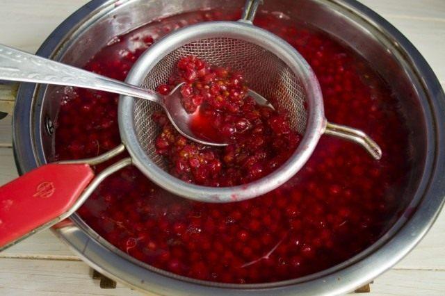 Тщательно протираем сваренные ягоды через сито