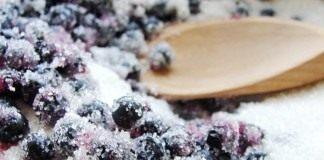 Засыпаем ягоды черники сахаром