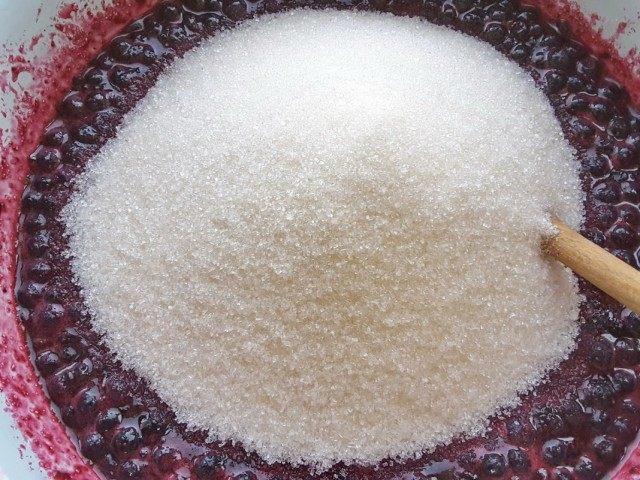 Высыпаем оставшийся сахар и размешиваем