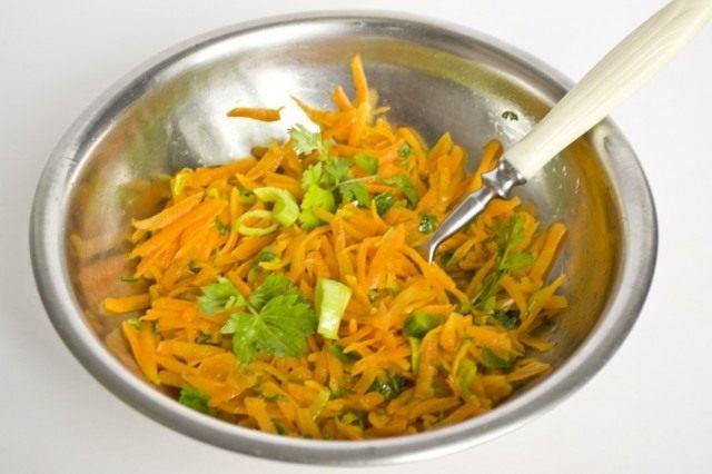 Обжариваем морковь, лук-порей и зелень