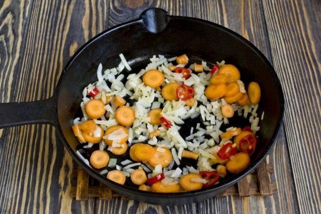 Добавляем к обжарке нарезанную кольцами морковь