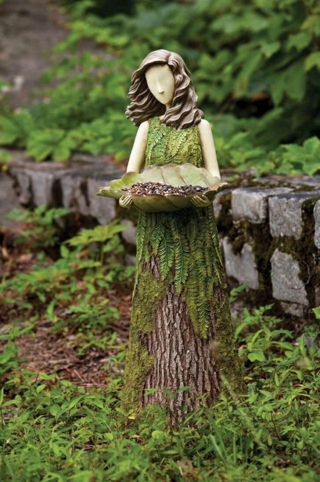 Декоративная скульптура из старого пня