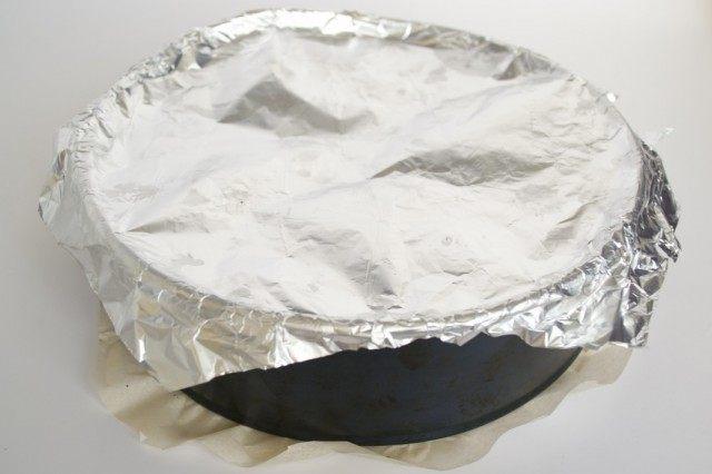 Прикрываем форму для запекание фольгой и ставим выпекаться бисквит
