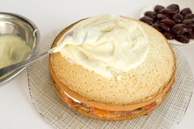 Покрываем торт кремом